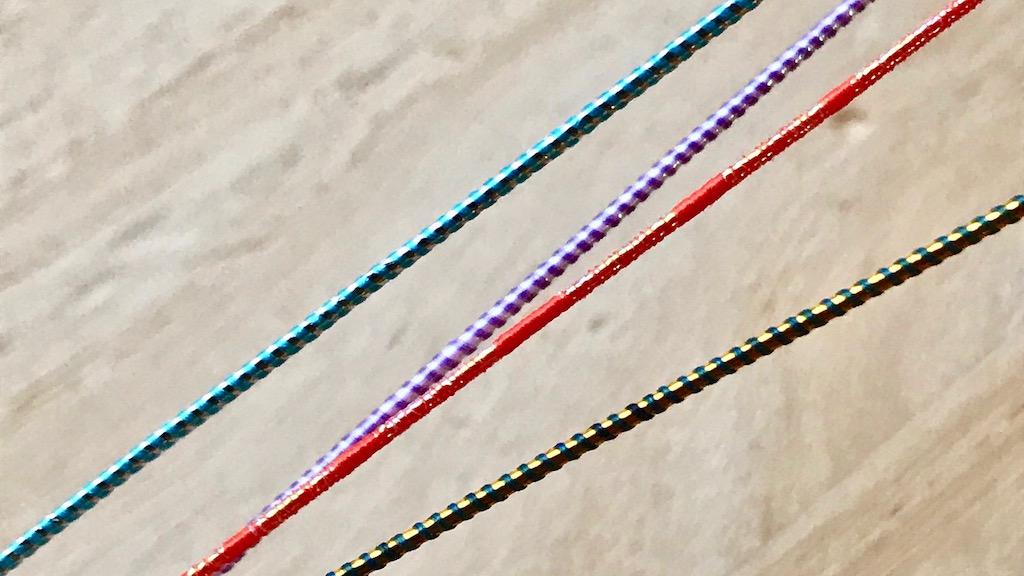 テープが巻かれた上に糸なども巻かれた多重構造の水引
