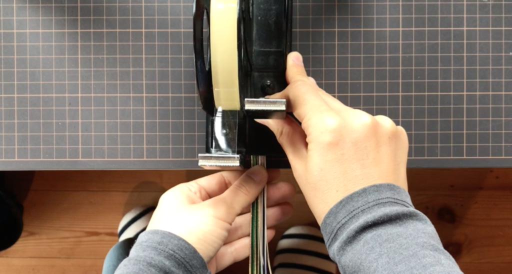 四つ編みをする時はセロハンテープを重しにして固定